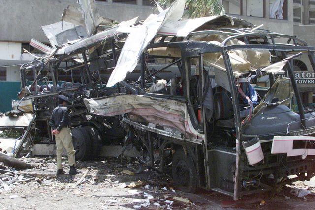 Les restes du bus de la DCN, cible d'un attentat qui a tué 11 salariés de la DCN