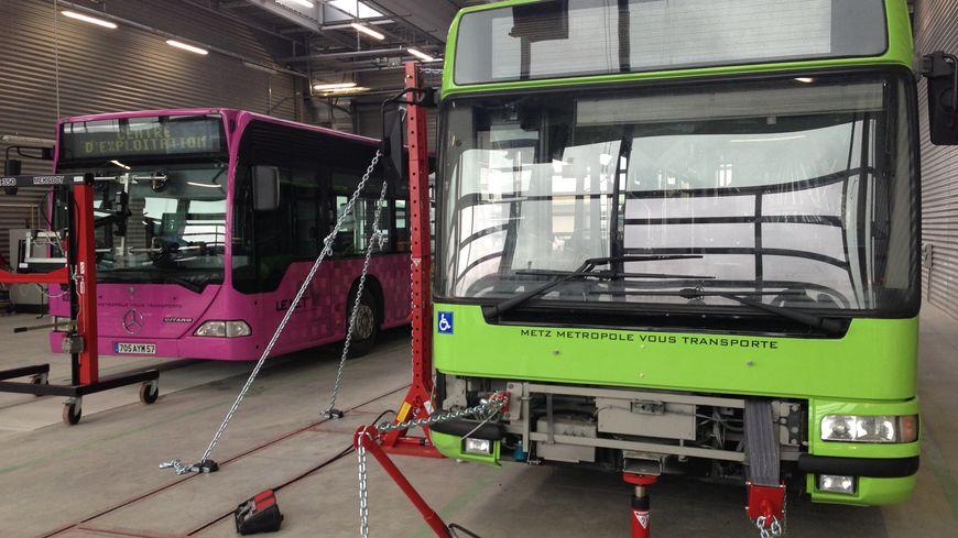 Des bus en rénovation au nouveau centre d'exploitation des TCRM, en 2013.