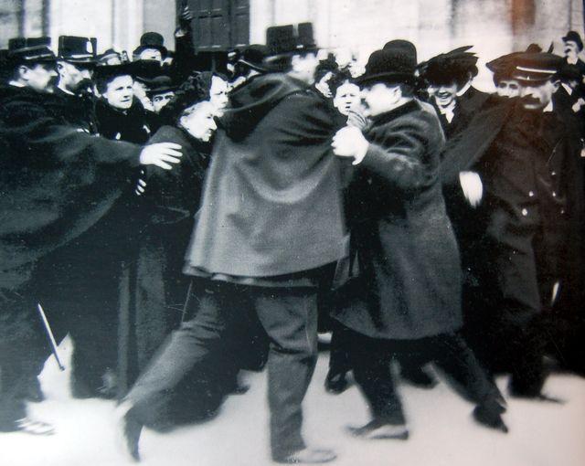 Manifestation devant Notre-Dame des Champs à Paris en 1904 lors du vote de la loi de séparation de l'Église et de l'État