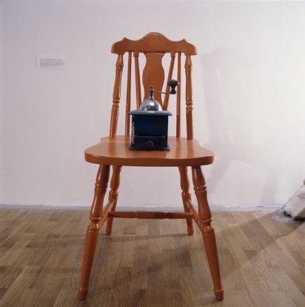 George Brecht, chaise, moulin à café rempli de grains de poivre