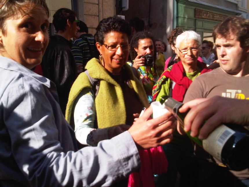 Manifestation de joie à l'annonce du vote de la loi pour le mariage pour tous, à Crest devant la mairie d'Hervé Mariton