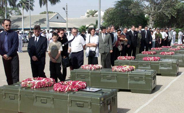 Des diplomates étrangers rendent un dernier hommage à 11 ingénieurs de la marine française lors d'une cérémonie à Karachi