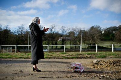 Latifa Ibn Ziaten se recueille sur le lieu où son fils a été tué
