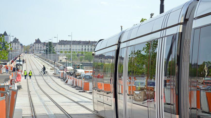 Le tramway tourangeau passe par le pont Wilson.