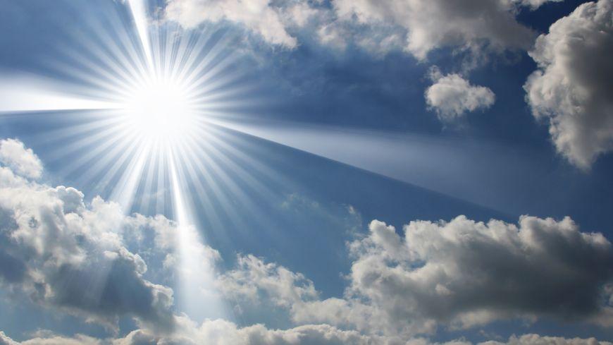 ciel avec soleil et quelques nuages