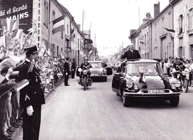 Le général Charles de Gaulle de passage à Isles-sur-Suippe dans la Marne le 22 avril 1963