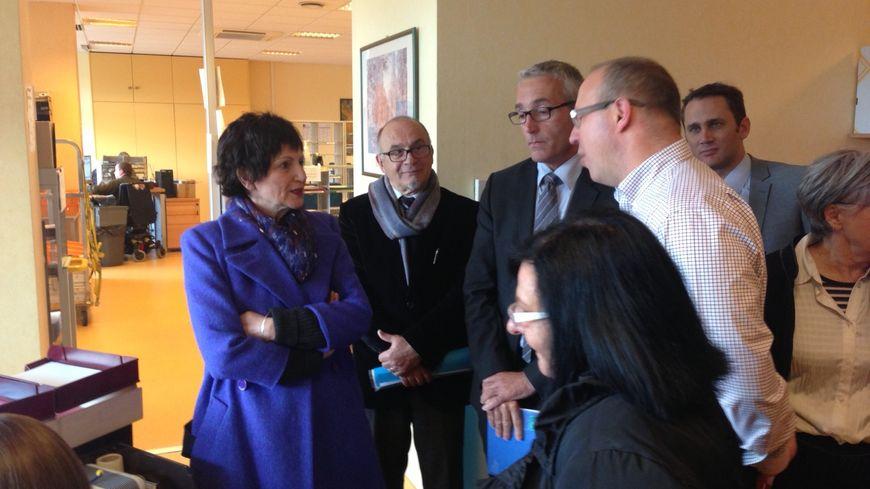 Dominique Bertinotti (à gauche) a rencontré des agents de la Caisse d'allocations familiales.