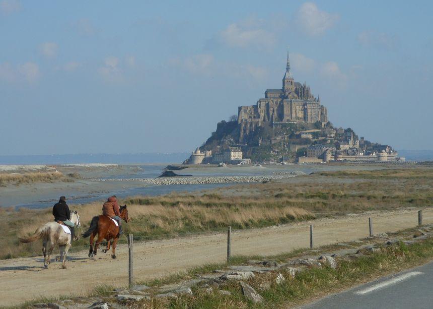 Le Mont-Saint-Michel et deux chevaux