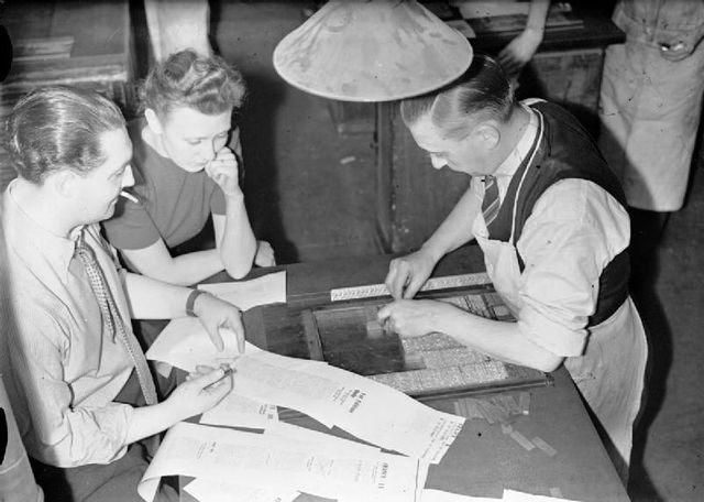 """Charles Gombault (à gauche) supervisant la préparation du journal """"La France"""" à Londres en 1942"""