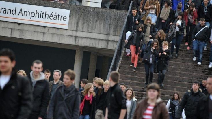 L'article 2 du projet de loi permettra notamment de dispenser davantage de cours et de TD en anglais à l'université.