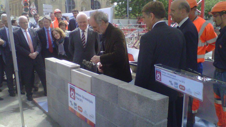 Alain Juppé et Paul Andreu posent la première pierre de la Cité municipale à Bordeaux