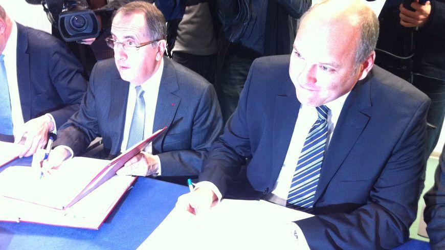 Michel Delpuech, le préfet d'Aquitaine, et Dirk Heller, directeur chez Ford, cosignent la convention sur l'avenir de Blanquefort