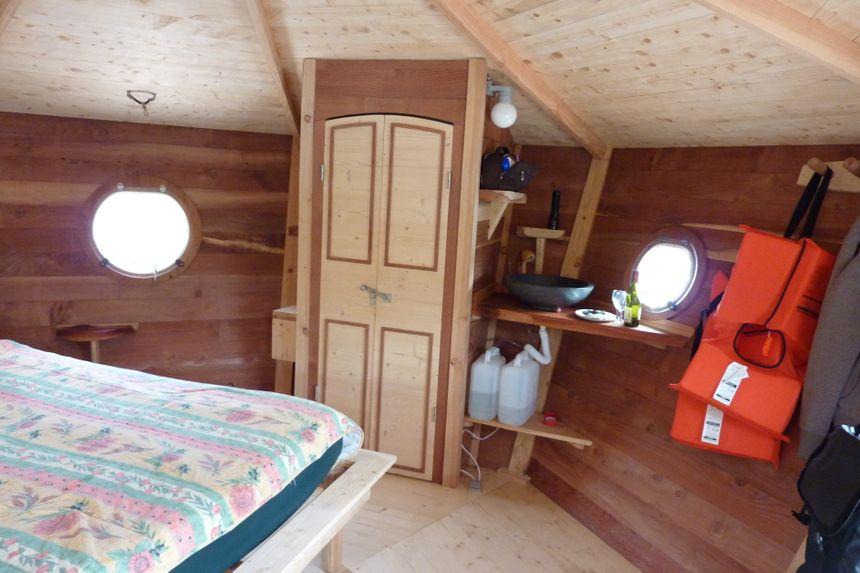L'intérieur du zenzilot au bord du camping le lac bleu à Châtillon en Diois.