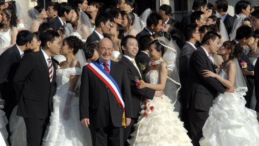 """Jean Germain devant des couples chinois lors de la quatrième édition des """"noces romantiques en Touraine"""" en octobre 2008."""