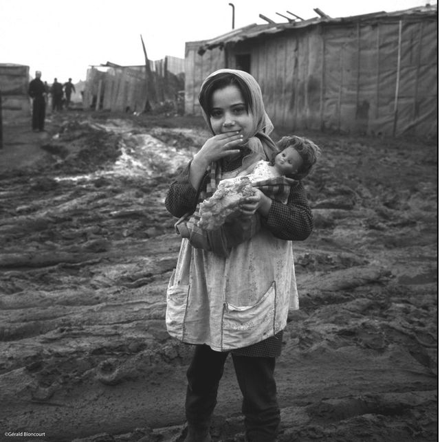 Maria dans un bidonville à Saint-Denis en 1959