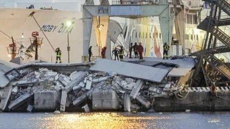 Le bateau a violemment percuté la tour de contrôle qui s'est effondrée