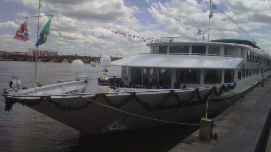 Le 'Cyrano de Bergerac', un bateau de croisière de la compagnie CroisiEurope, sur les quais bordelais