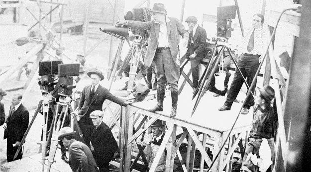 Cecil B. DeMille dirigeant un film en 1920