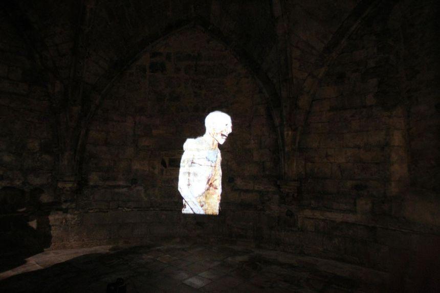 Le petit film est diffusé sur les murs de la crypte