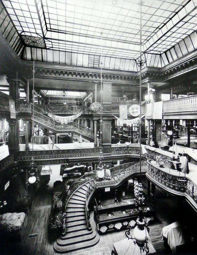 """Intérieur du magasin """"Le Bon Marché"""" à Paris vers 1900"""