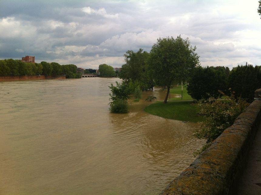 Toulouse 31 mai La Garonne déborde sur la prairie des Filtres