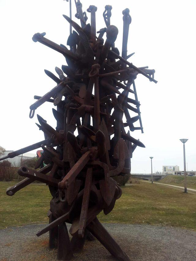 Anchorage (1982 ancres de marine )de ARMAN. accumulation d'ancres de 7 mètres de haut ,les ancres sont d'une centaine de kilos