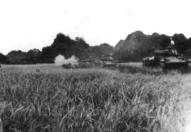 Chars légers M24 soutenant l'infanterie à Dien Bien Phu.