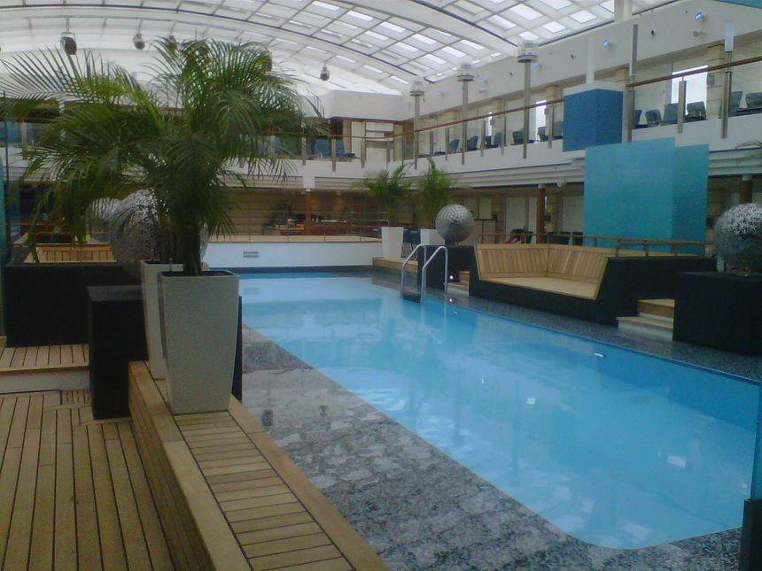 L'Europa 2 dispose d'une grande piscine avec toit ouvrant