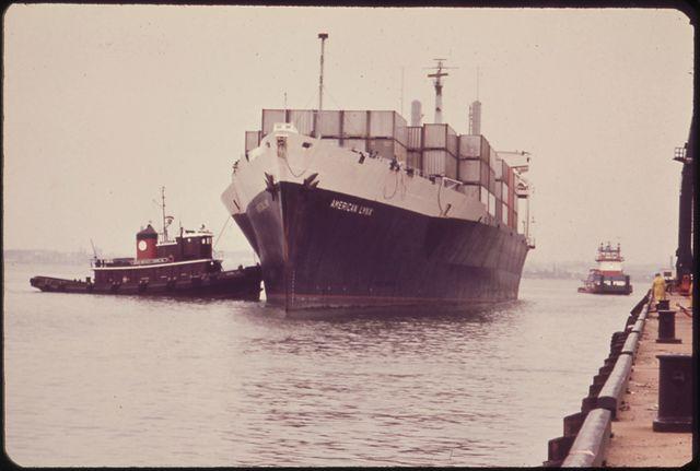 Porte-conteneurs s'amarrant au Dunkal Marine Terminal de Baltimore - avril 1973