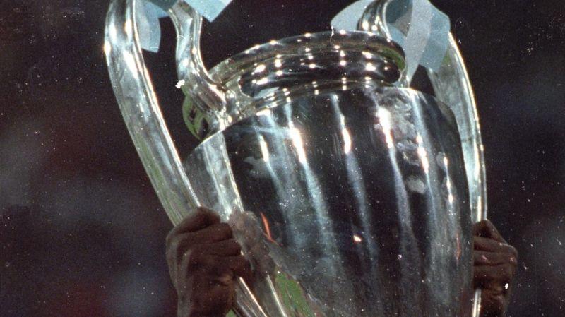 OM 1993 - La Coupe aux grandes oreilles dans les mains de Basile Boli