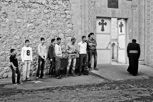 Les étudiants se lèvent lorsque l'évêque de Tur Abdin passe devant eux. Signe de respect dans la région