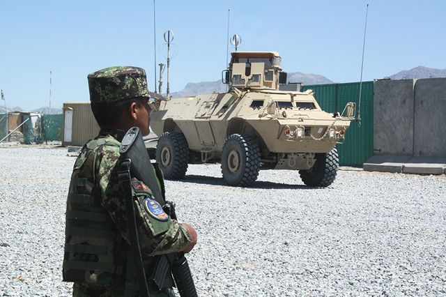 Un militaire afghan en formation dans le camp français