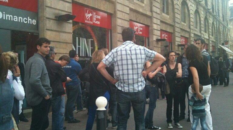 La file d'attente ce mardi après-midi devant le Virgin Megastore de Bordeaux
