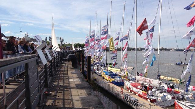 Les visiteurs penchent la tête pour voir les skippers de la Solitaire à la Fête du Fleuve