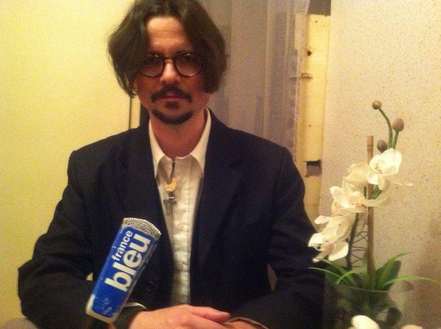 Johnny Steff dans le salon de coiffure de Périgueux où il est apprenti
