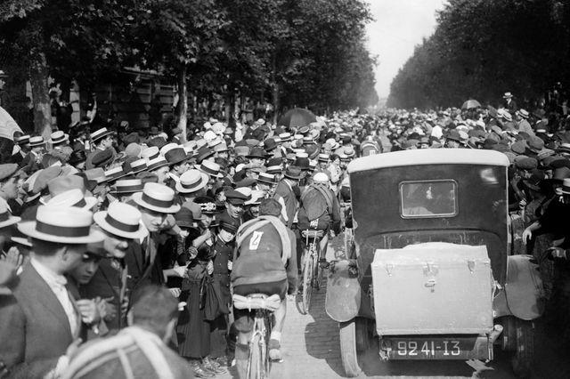 Le peloton dans Saint-Cloud avant l'arrivée à Paris - 22 juillet 1923