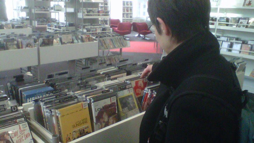 Claudine, devant le rayon DVD de la bibliothèque Mériadeck