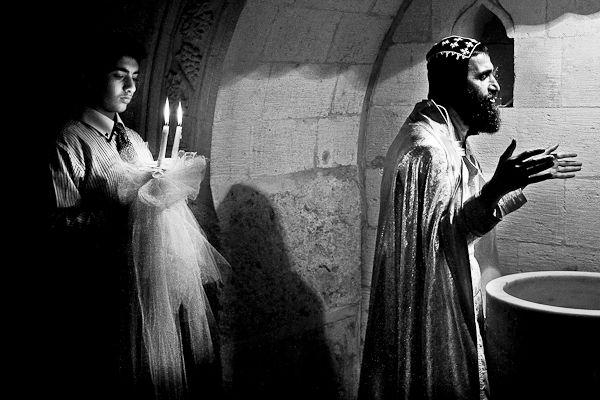 Liturgie de baptême par le moine Gabriel au monastère de Mor Gabriel, dans le Tur Abdin