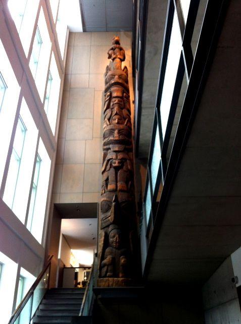 Totem amérindien exposé dans le musée McCord à Montréal.