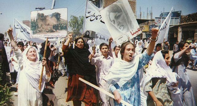 A Peshawar, manifestation de femmes contre les talibans