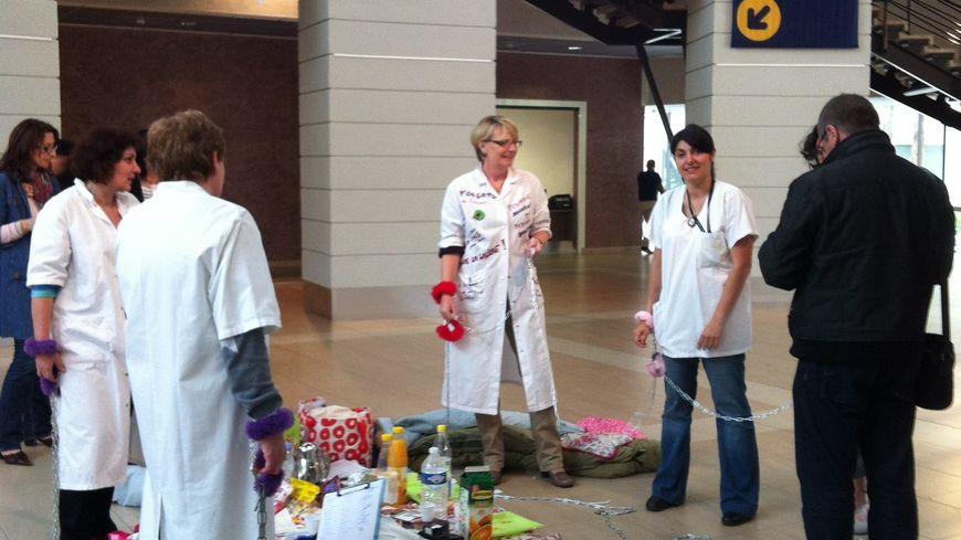 Les infirmières enchaînées dans le hall de l'hôpital de Perpignan