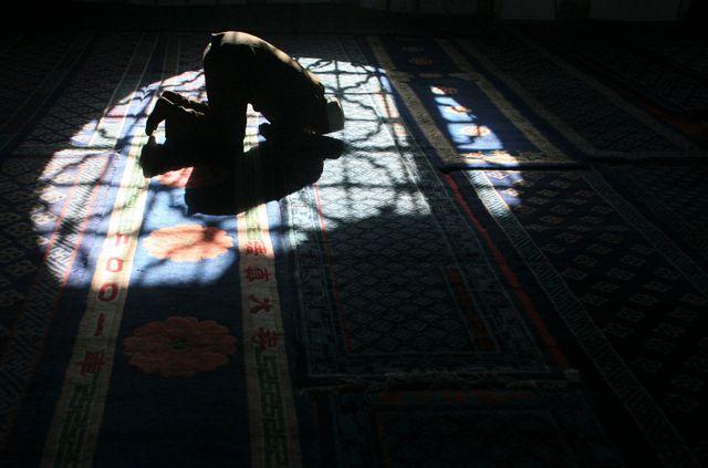 Un musulman prie dans une mosquée à Yinchuan, Chine
