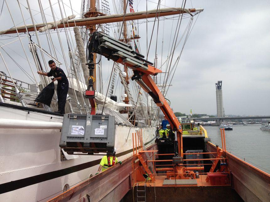 Armada 2013 : une péniche pour la collecte des déchets