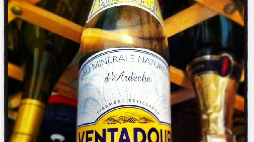 Une bouteille de Ventadour eau minérale en Ardèche