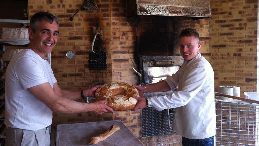 François Chateau, boulanger à Trélissac et Quentin son apprenti