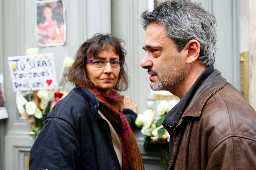 Les parents d'Agnès devant leur domicile parisien, cinq jours après le drame.