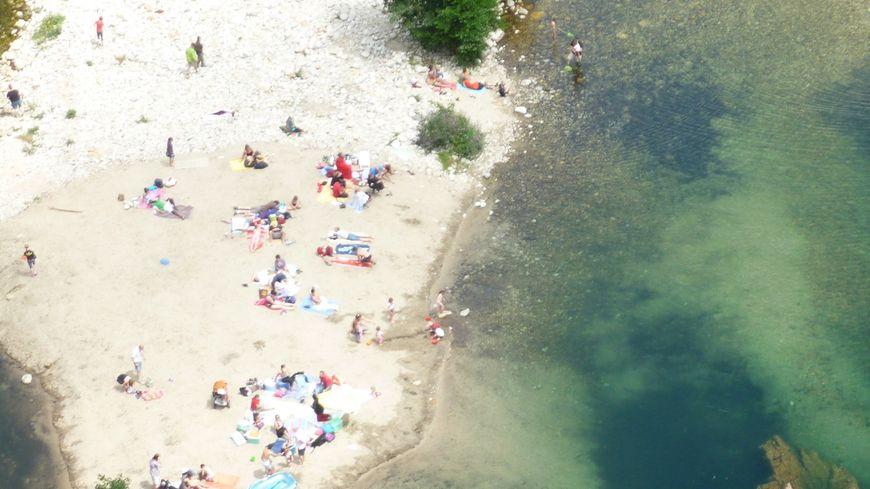 Une plage au bord de la rivière Ardèche à Thueyts