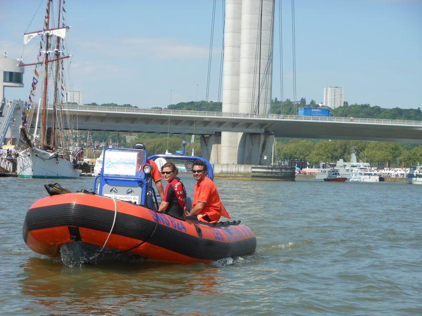 Armada 2013 : Un bateau de secours sur la Seine