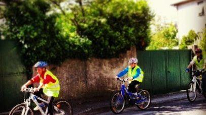 La traversée de la Drôme à vélo : des enfants s'entraînent avec leur enseignant.