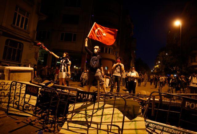 Manifestatants place Taksim, dans le centre d'Istamboul, le 3 juin